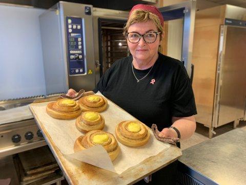 Astrid Idland har jobbet på kafeen på Ålgård bo- og aktivitetssenter siden oppstarten i 2000. På menyen står blant annet kanelruller.