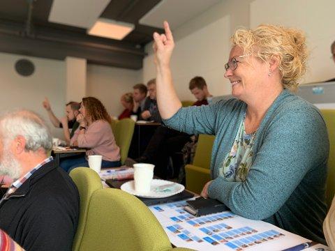 Varaordfører Unn Birkeland delte erfaringer og tips med de nye politikerne som var samlet til folkevalgtopplæring på Veveriet onsdag. – Mest av alt er lokalpolitikk moro og lærerikt, sa hun.