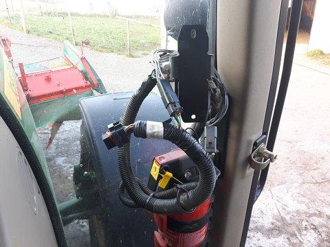Ubudne gjester har tatt seg inn i traktorene til Tarjei Gjesdal og stjålet GPS-skjerm og GPS-kule natt til torsdag.