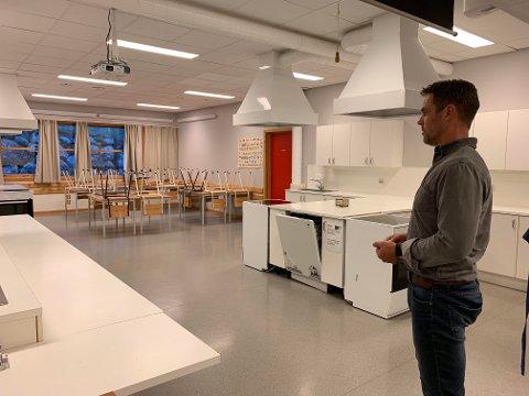 Rektor Tom Kenneth Gilje på Bærland skole skulle gjerne sett at skolens mat og helse-rom ble renovert.