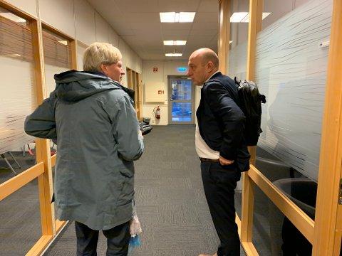 Ordfører Frode Fjeldsbø (til venstre) og rådmann Knut Underbakke forlater møterommet i Kongsgata onsdag morgen.