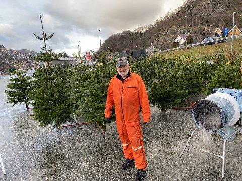Sigmund Olsen (75) er en av flere som har bidratt til å selge juletrær for Ålgård Baptismenighet. Overskuddet går til bistand i Kongo.