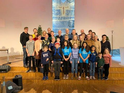 Tre generasjoner av storfamiliene Eidsaa og Bjerkreim under Ecuadorbasaren i Ålgård kirke lørdag.