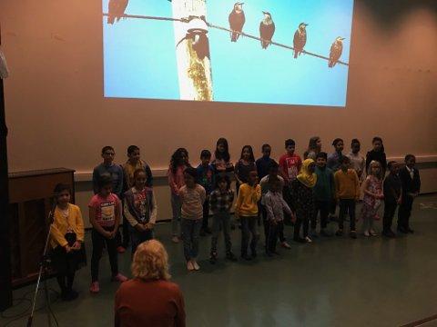 Elevene ved Språkstasjonen sang blant annet «Alle fugler» for de frammøtte foreldrene.