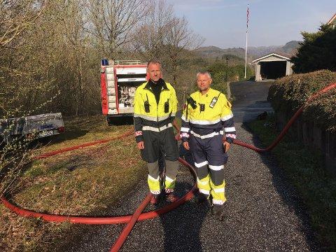 Brannmester Rune Nedrebø (til høyre) og utrykningsleder Ola Svege i Flekkefjord brannvesen befinner seg utenfor sentrum i Sokndal hvor de jobber med å sikre boliger.