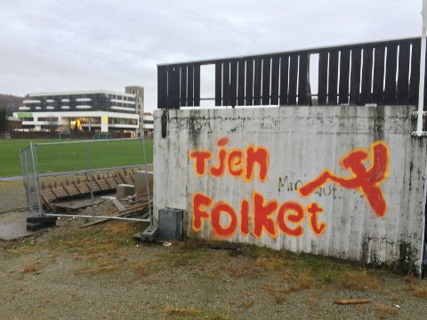 Dette er bare en av flere meldinger som er tagget på vegger på Ålgård det siste døgnet.