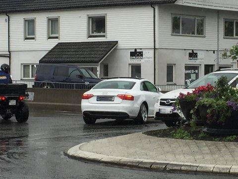 En bil har blitt stående mot kjøreretningen etter en ulykke i rundkjøringen i Meierikrossen (MMS–foto: Jan Arild Rinder).