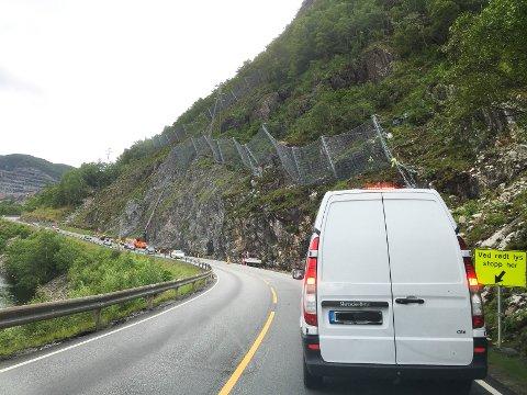 Dette har vært et velkjent syn for trafikanter som jevnlig ferdes opp og ned fylkesveg 45. Denne uken er arbeidet endelig over (foto: Eugen Hammer).