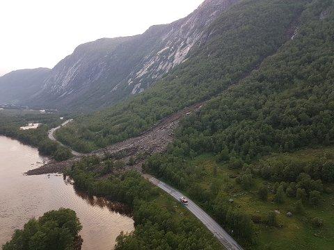 Ifølge Reidun Skjørestad i Gjesdal kommune, dreier det seg om et slags jord– og flomskred utløst av det kraftig regnvær (foto: Statens vegvesen).