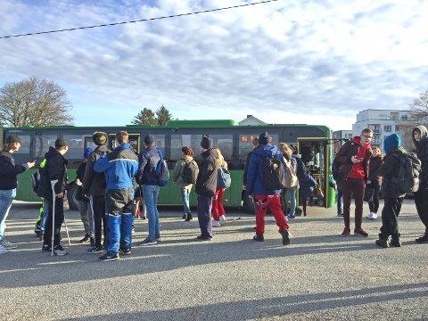 Fylkestinget har vedtatt at barn helt opp til 18 år skal betale barnebillett på bussen.