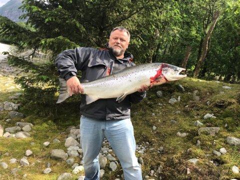Det tok Jan Arve Rygh mellom 20 og 25 minutt å få den 13,9 kilo tunge laksen på land. Så langt er det den største laksen som er fisket i Dirdalselva denne sesongen.