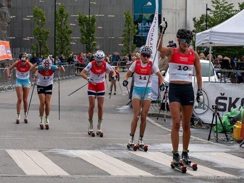 Linn Ravndal (helt til venstre) går her i mål som nummer fem, slått av Kathrine Harsem (til høyre), Heidi Weng, Marte Skaanes og Maiken Caspersen Falla.