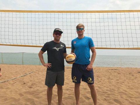 Emil Øfstaas fra Ålgård (t.h.) og makkeren Stian Opsahl på stranda i Rwanda.