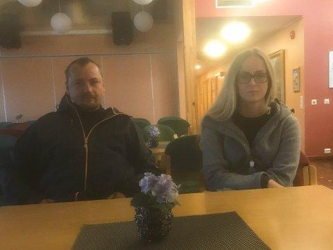 Kjell Erik Hansen og Ann Christin Kvia Larsen har ringt til politiet over 50 ganger i forbindelse med bråk fra beboerne ved omsorgsboligene i Kyrkjevegen.