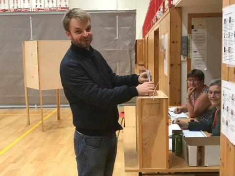 Henrik Øvestad stresset ikke med tiden. Her leverer han stemmen to minutter før fristen.