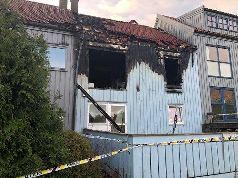 Politiet tror rekkehusbrannen i Ånundskaret kan ha startet ved at kattene i huset veltet et stearinlys.