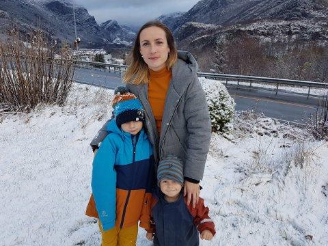 Julia Hofmann er bekymret for sønnen Ben (8) som med alderen får mer frihet til å gå alene på besøk til venner. Da må han krysse veien, noe de ikke mener er trygt. Minstemann Edgar (3) er også med på bildet.