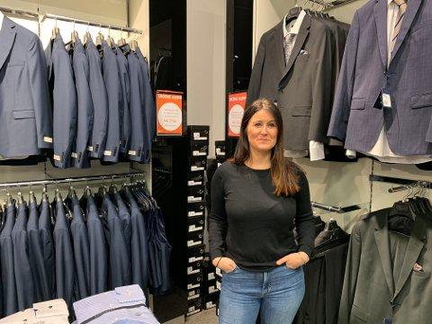 Liv Karin Salte forteller at salget av dresser begynner å nærme seg normalen igjen, til tross for en dempet jule- og nyttårsfeiring.
