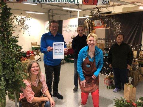 På vegne av Smiå tok Hege Bjerg, Kurt W. Simonsen, Elisabeth Laura Rossahaug, Steinar Salvesen og Azeb Arebretinsaie imot gaven fra sparebankstiftelsen.