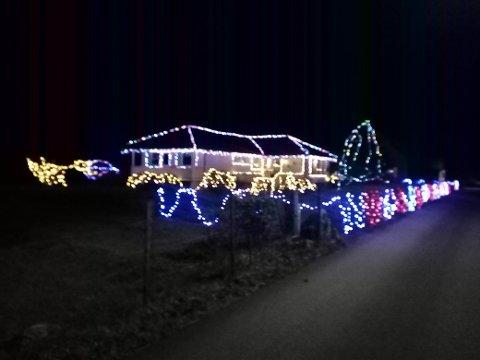 Fem tusen julelys lyser opp huset til Roar Tønnessen i Frafjord.
