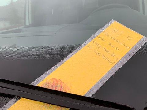 En gul lapp med et litt mer koselig budskap enn en vanlig bot, ble lagt på flere bilruter på Ålgård fredag.
