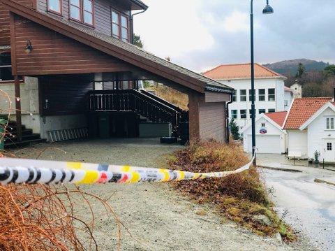 Natt til 22. desember ble en mann pågrepet, mistenkt for å ha drept en kvinne i en bolig i Nilsabakken og deretter ha satt fyr på hjemmet hennes. Nå er siktelsen utvidet.