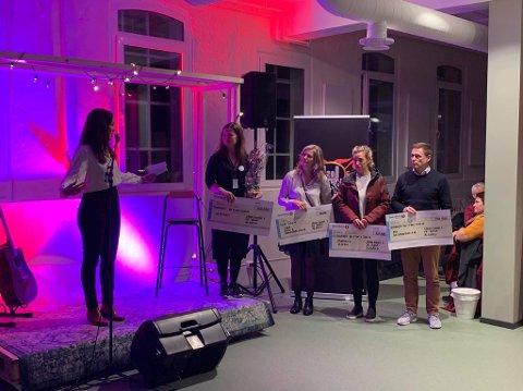 Banksjef Heidi Malmin delte ut til sammen 670.000 kroner til Veveriet, Ålgårdhallen, Samhald og Smiå.