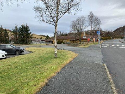 «Ved den lille plassen rett ved fotgjengerfeltet utenfor Husafjell barnehage er det ikke lov å stoppe» skriver Solås skole på sine nettsider.