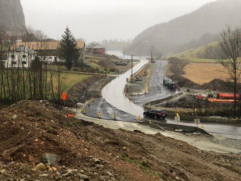 En midlertidig atkomstvei på Lomeland har gitt fylkeskommunen 126.000 kroner i ekstrautgifter.