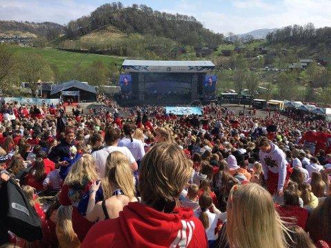 Tusenvis av russ samlet på utendørskonsert under Landstreffet i 2018.