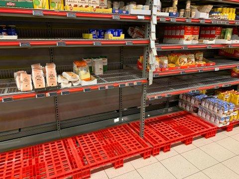 I morgentimene fredag var det tomt for varer som mel og gjær på Coop Extra etter at mange hadde valgt å handle dagen før. Siden har butikkene fått påfyll av varer.