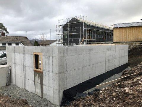 For å få utnyttet arealet maksimalt, har utbygger Skårland Bolig søkt om å få bygge denne eneboligen i tre etasjer i stedet for to. I februar sa kommunen nei, men nå har utbyggeren påklaget avgjørelsen.