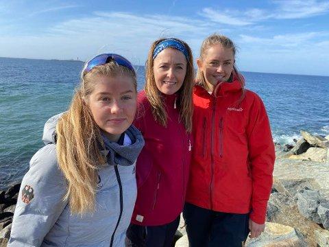 Mette Idland sammen med døtrene Herborg (til venstre) og Augusta.