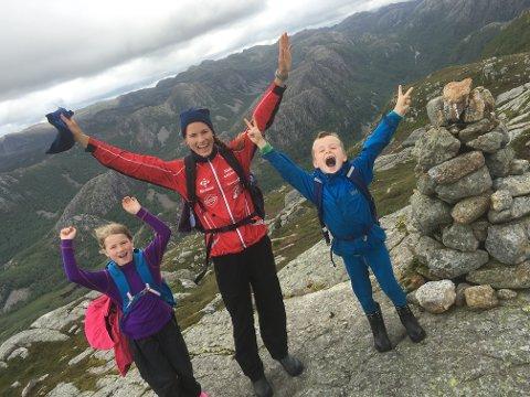 Eli Garvik Rasdal er glad i å ta med familien på tur. Her er hun sammen med ungene Emma og Eskil.