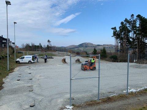 Her er Rossåsen velforening i gang med grunnarbeidet for ny ballbinge. De håper å ha den ferdig i mai.