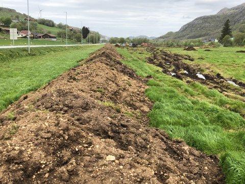 En lang jordvoll er anlagt som er sikkerhetstiltak for arkeologene som jobber på Haraland.