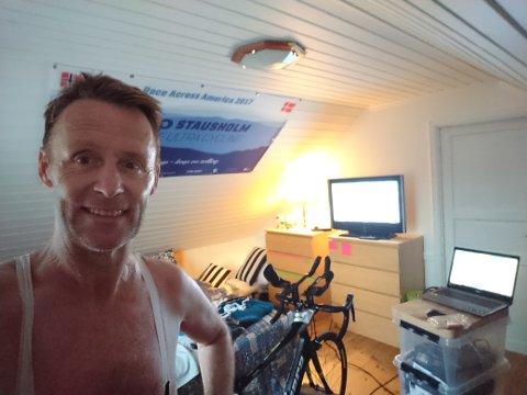 De siste ti dagene har Johnny Stausholm vært i sykkelsetet mangfoldige timer til dagen. Snart er han i mål.