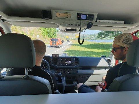Utrykningslederne Harald Dirdal (til venstre) Steffan Jensen og Jan Ove Hanasand, for anledningen fotograf, kjører den nye redningsbilen hjem til Oltedal brannstasjon. Her har de nettopp hatt sjåførbytte på rasteplassen ved Edlandsvatnet.