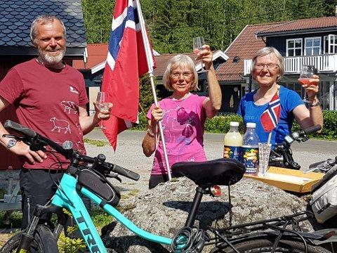 Kåre, Aud og Ingrid Søyland har syklet Norge på tvers. Her tar de en velfortjent rast underveis.