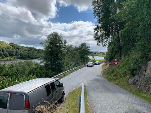 På fylkesveg 506 mellom Ålgård og Lye er det flere smale partier som til høsten skal utbedres. Her ved krysset til Åsenvegen.