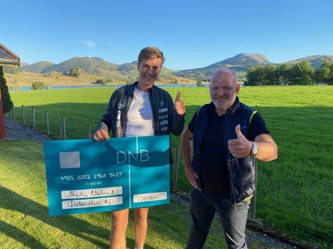 Martin Nevland fikk overrakt sponsorstøtte fra Njål Østerhus etter de gode prestasjonene på Blinkfestivalen.