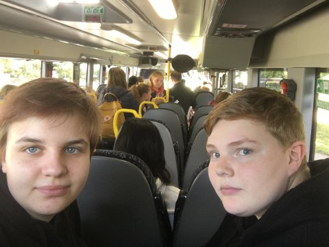 Videregående-elevene Sol Kristine Vatnedal Helgeland (t.v) og Elisabeth Ekberg mener overfylte busser mellom Sandnes og Ålgård er en trussel for smittevernet.