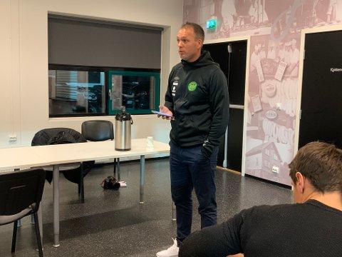 Ole Hjelmhaug blir presentert som ny a-lagstrener i Ålgård fotballklubb. Datoen er 24. september 2020. 11 måneder senere skal han trene laget i sin første seriekamp.