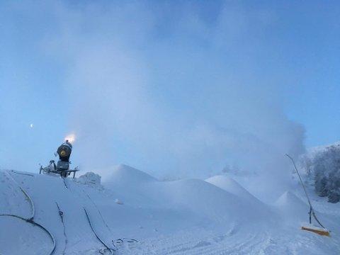 GOD SNØPRODUKSJON: Hos Sirdal skisenter har snøkanonene gått for fullt.