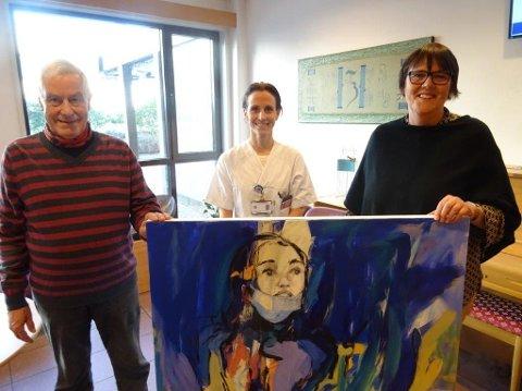 Kåre Lima sammen med Ragnhild Sviland og avdelingssjef Tove Hausvik Alfsvåg ved kreftavdelingen på SUS.