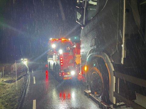 Etter fire timer fikk denne lastebilen hjelp til å komme seg videre på Ålgårdsvegen.