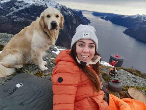 Rebekka Gilje og hennes firbeinte turkamerat på toppen av Ramnstoknuten.