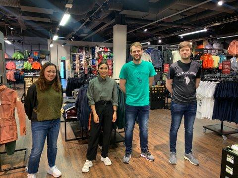 Etter lange dager på jobb, kunne de ansatte i Allsport and fashion endelig åpne den nye butikken. Fra venstre: Mariel Høyland, assisterende butikksjef Marita Koraneesak, assisterende butikksjef Johannes Eide og butikksjef Sigurd Haaland Bjørnstad.