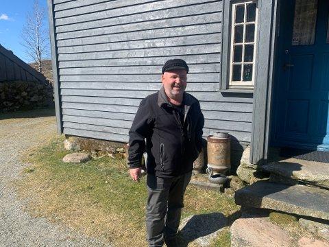 Ingvar Ståle Helland har lagt ned mye arbeid og sjel i tunet hjemme på Helland. Snart går han i gang med renovering.