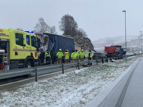 E39 var stengt i mange timer fredag etter at to lastebiler kolliderte ved Skurve.